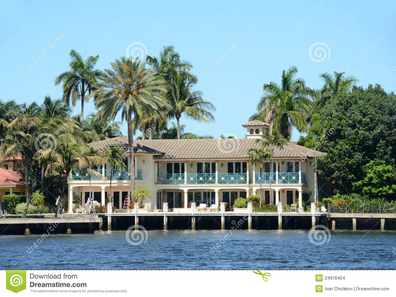 Luxury waterfront home in florida stock images image - Maison au bord de la mer ...