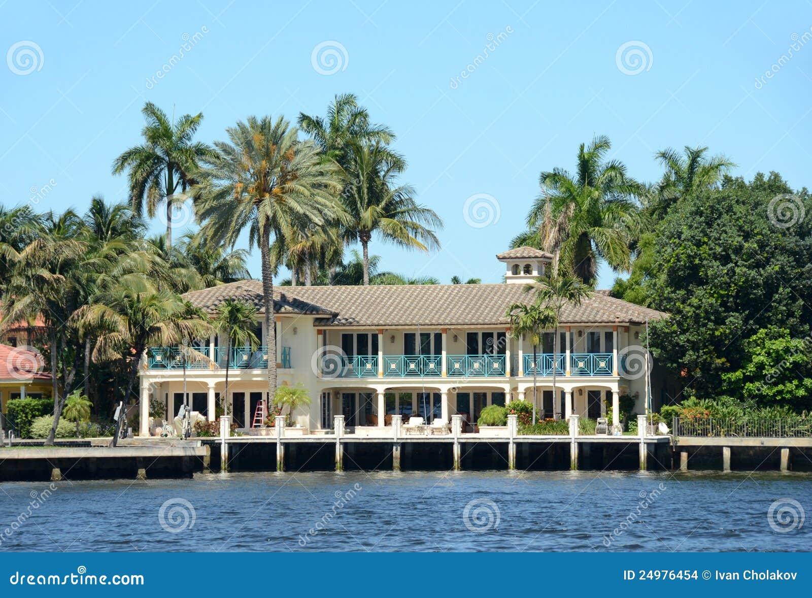 Luxury waterfront home in florida stock images image - Maison au bord de la mer ...