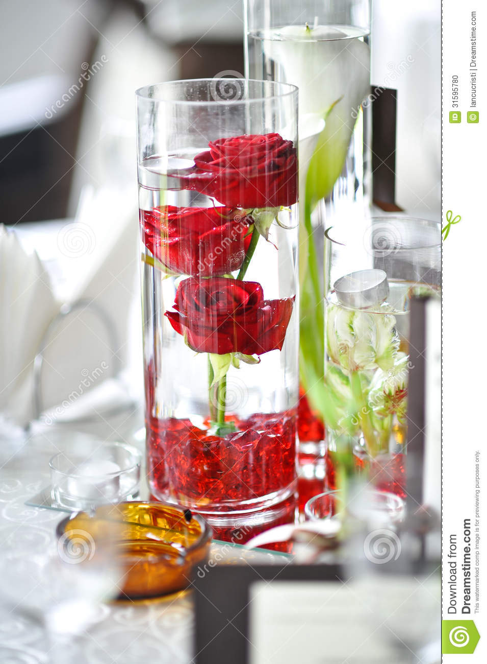 Luxury wedding decoration with red roses in a glass stock for Decoration avec des roses