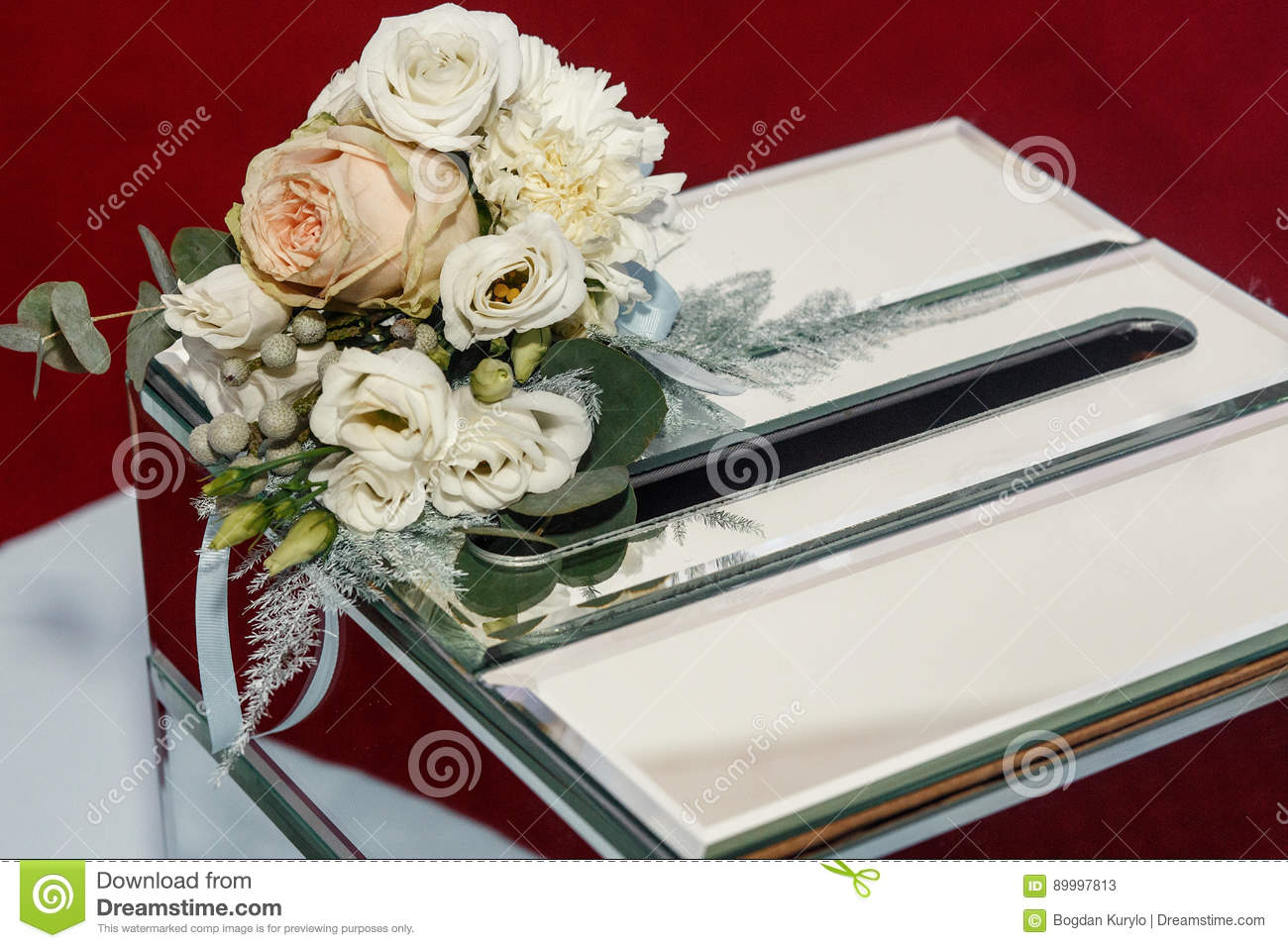 Luxury Wedding Gift Ideas: Luxury Wedding Gift Box With Roses And Expensive Golden