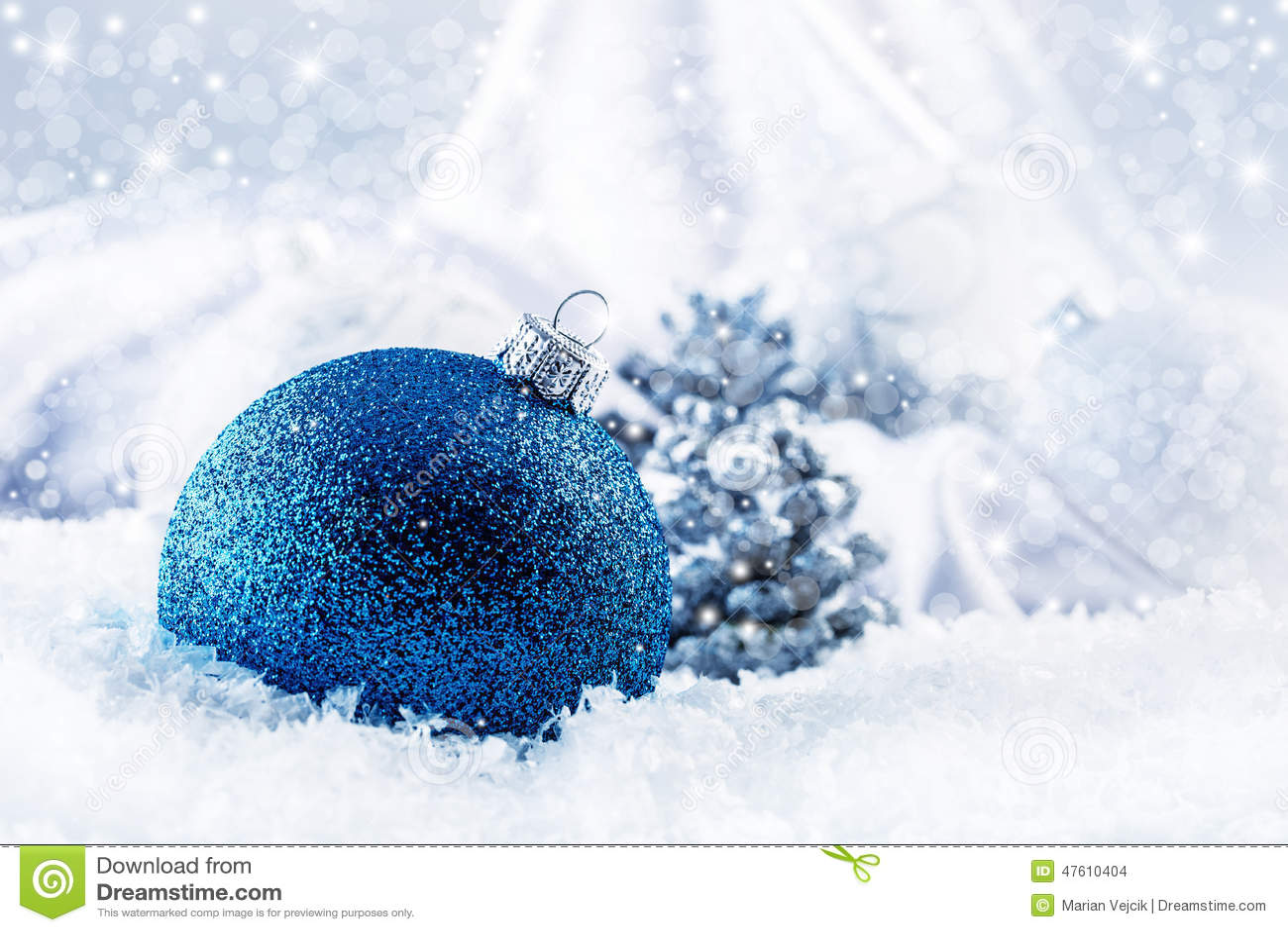 Luxus- blauer Weihnachts-Ball mit Verzierungen in Weihnachten-Snowy-Landschaft