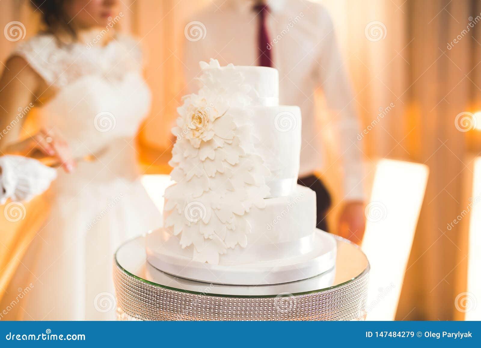 Luxus verzierte Hochzeitstorte auf dem Tisch