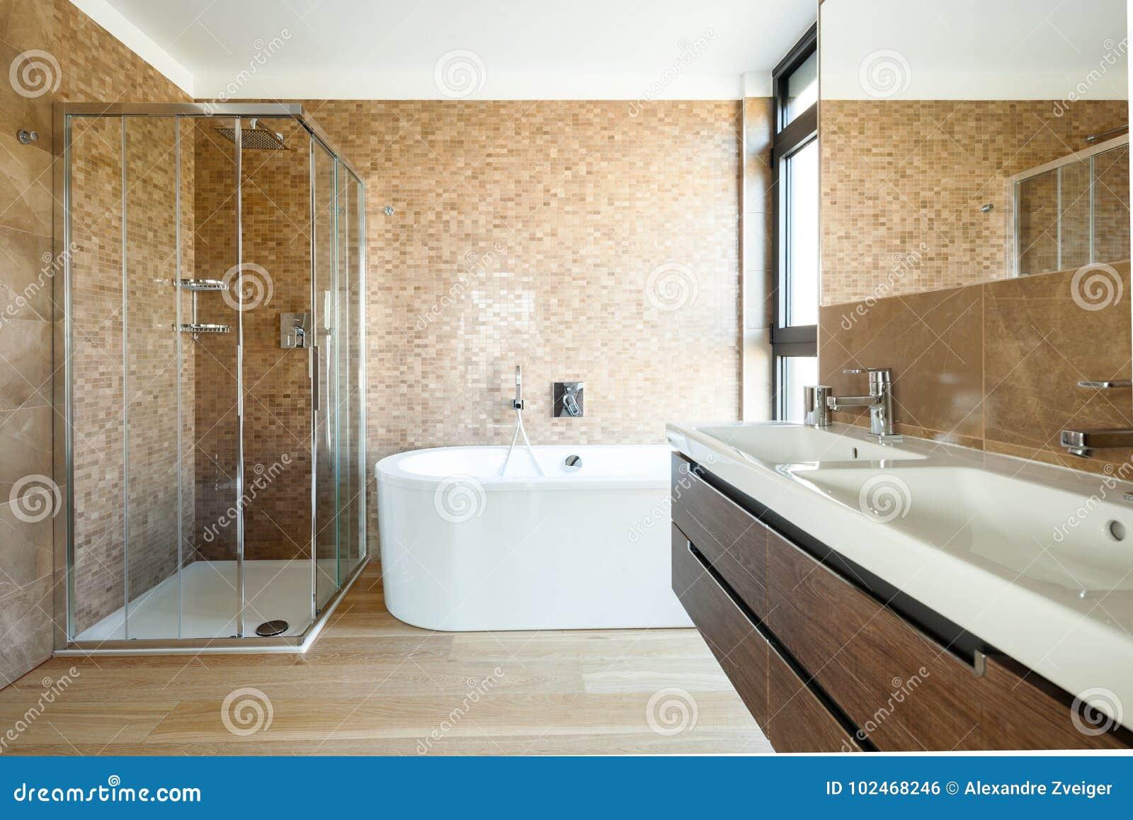 Luxusbadezimmer In Einem Modernen Haus Stockfoto - Bild von ...