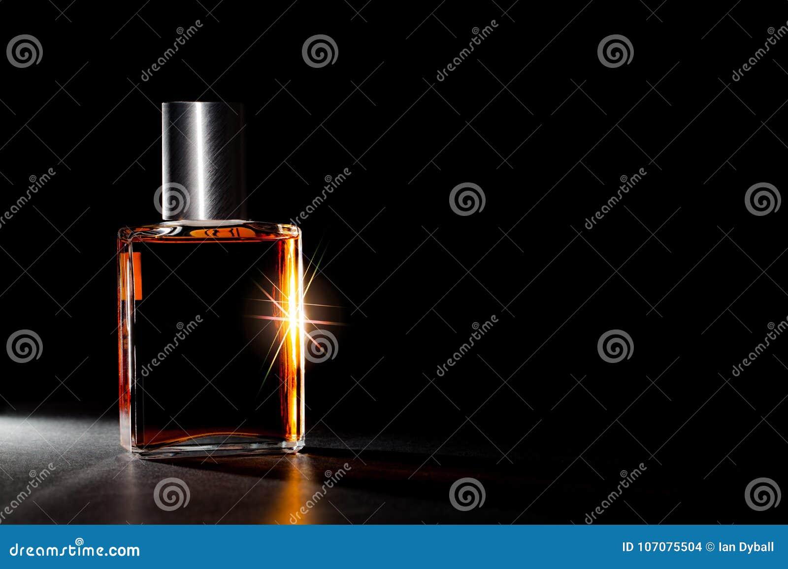 Luxusparfümflasche Teurer Duft im Scheinwerfer