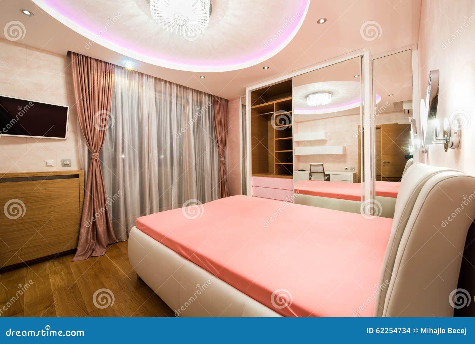 Luxusschlafzimmer Mit Modernen Deckenleuchten Stockfoto - Bild ...