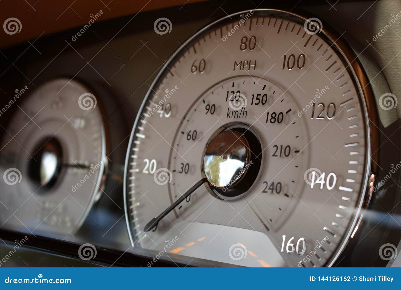 Luxussport-Auto-Innenarmaturenbrett-Geschwindigkeitsmesser-Abschluss oben