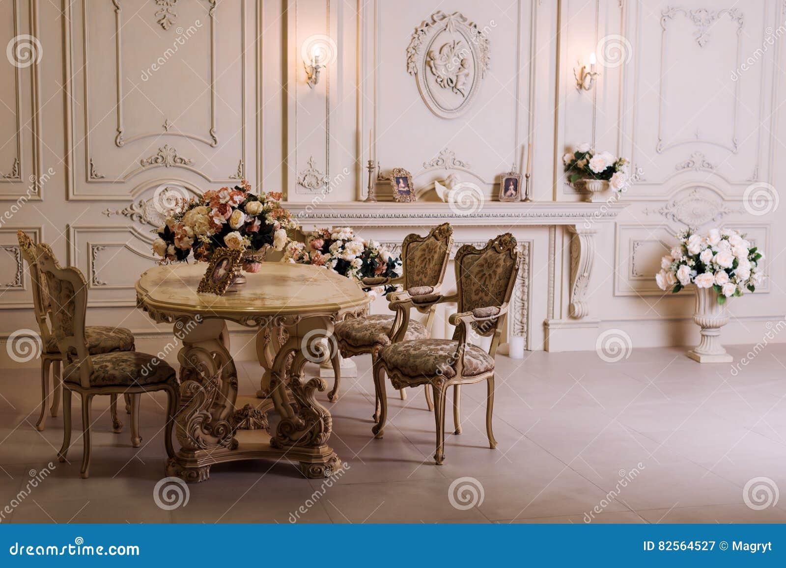 luxuswohnung bequemes klassisches wohnzimmer luxuriser weinleseinnenraum mit kamin in der aristokratischen art