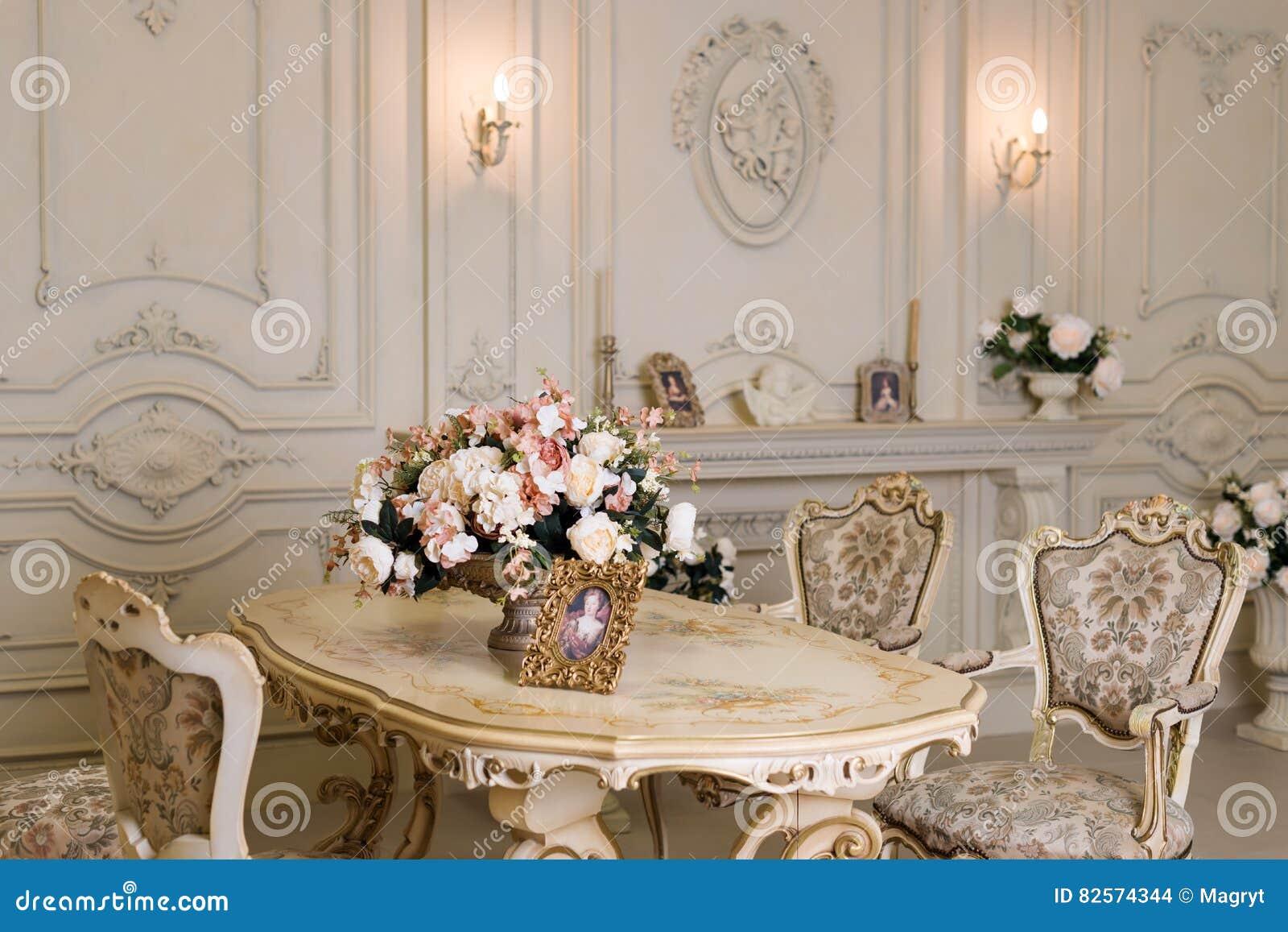 Download Luxuswohnung, Bequemes Klassisches Wohnzimmer Luxuriöser  Weinleseinnenraum Mit Kamin In Der Aristokratischen Art Stockfoto