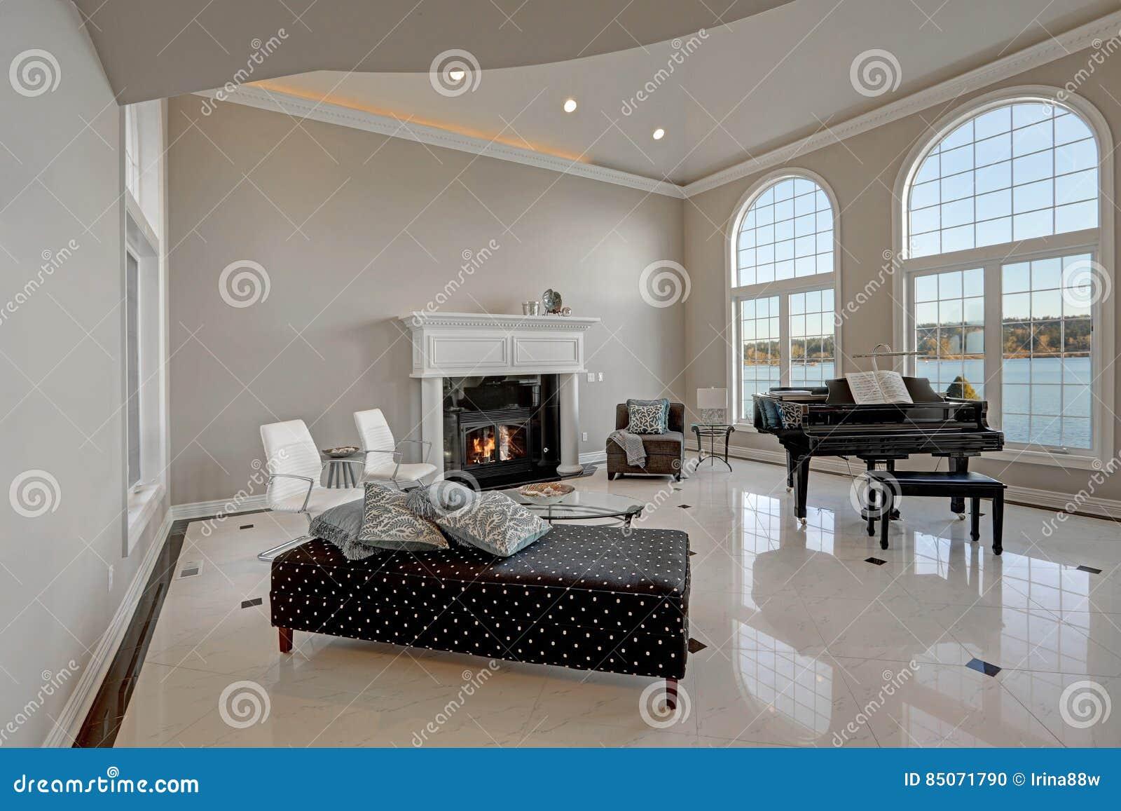 luxuswohnzimmer der hohen decke mit marmorboden stockfoto. Black Bedroom Furniture Sets. Home Design Ideas