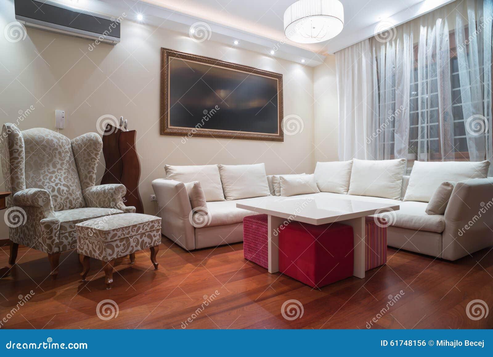 Luxuswohnzimmer Mit Modernen Deckenleuchten - Abendschuß Stockfoto ...