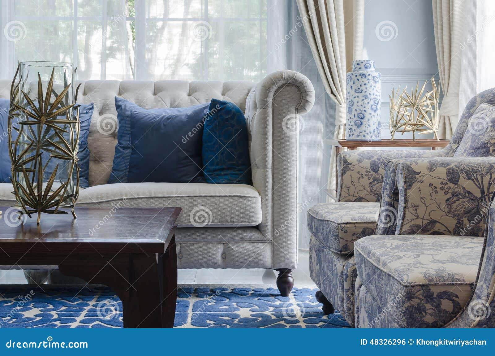 Modernes Weißes Sofa Mit Grüner Wand Und Vorhang Im Wohnzimmer ...