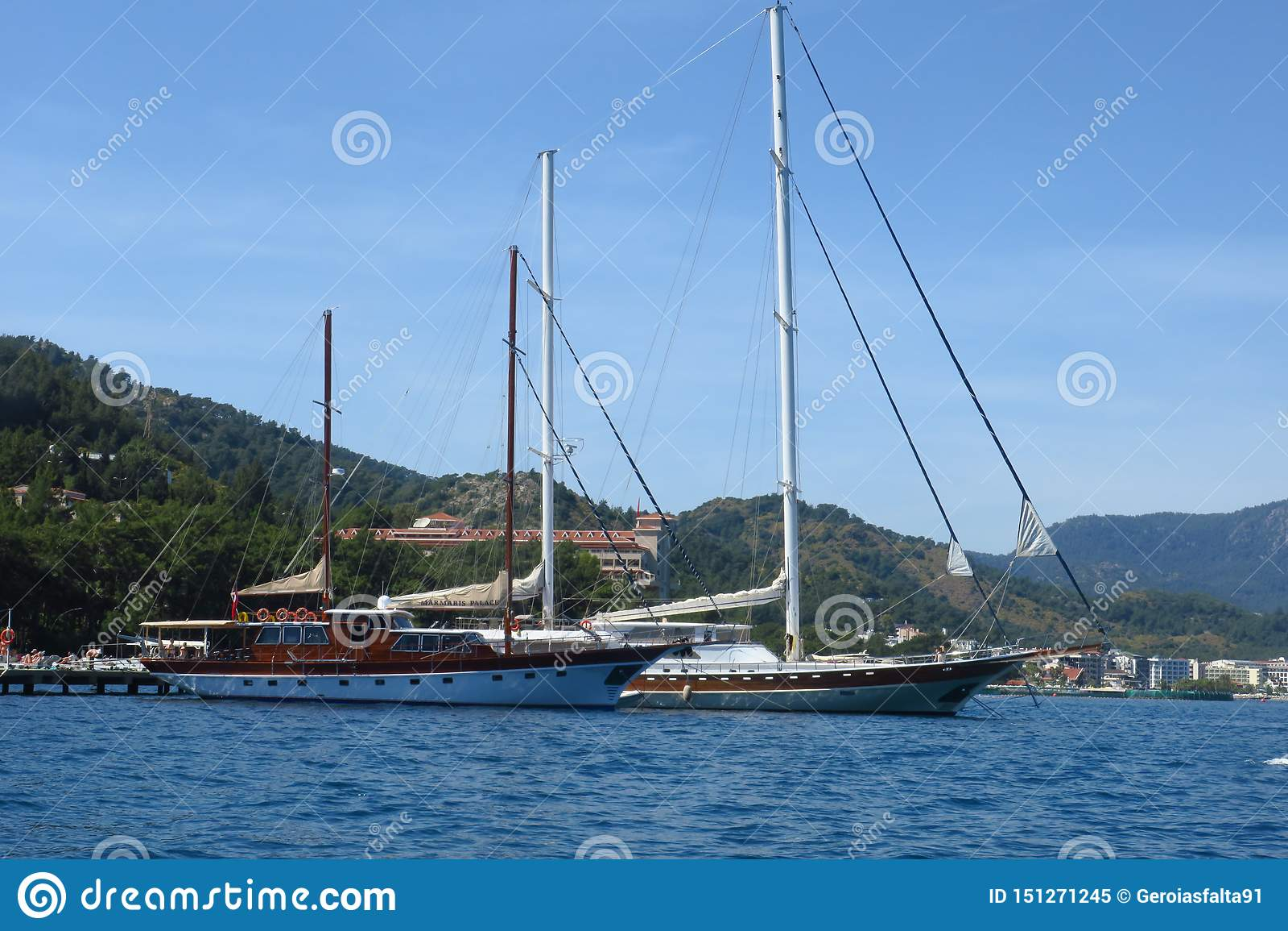 Luxusyachten an der Segelnregatta Segeln in den Wind durch die Wellen in dem Meer