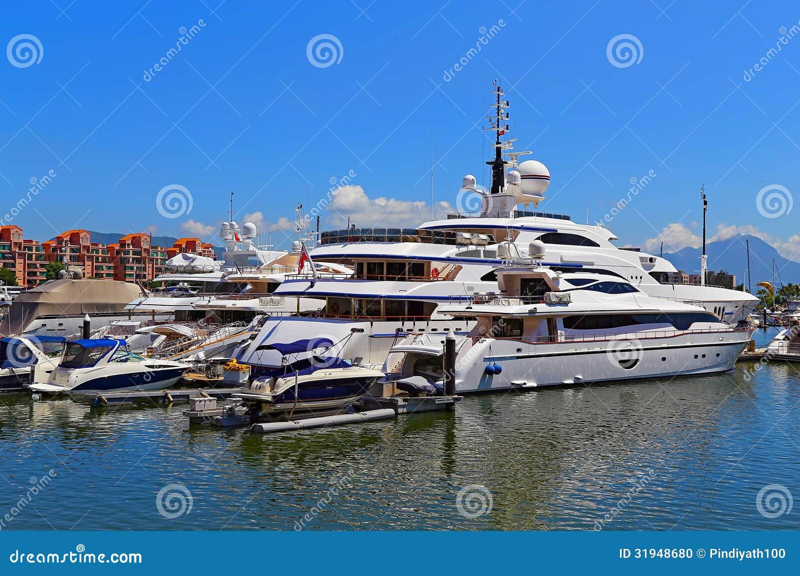 Luxusyachten und Boote