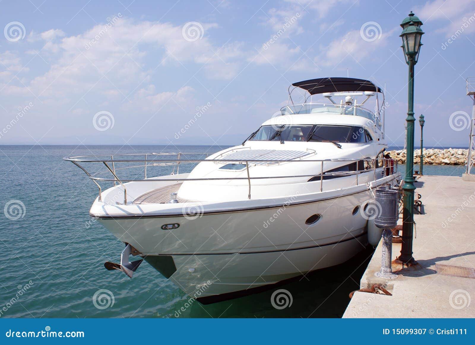Luxuxboot nahe der Verdammung