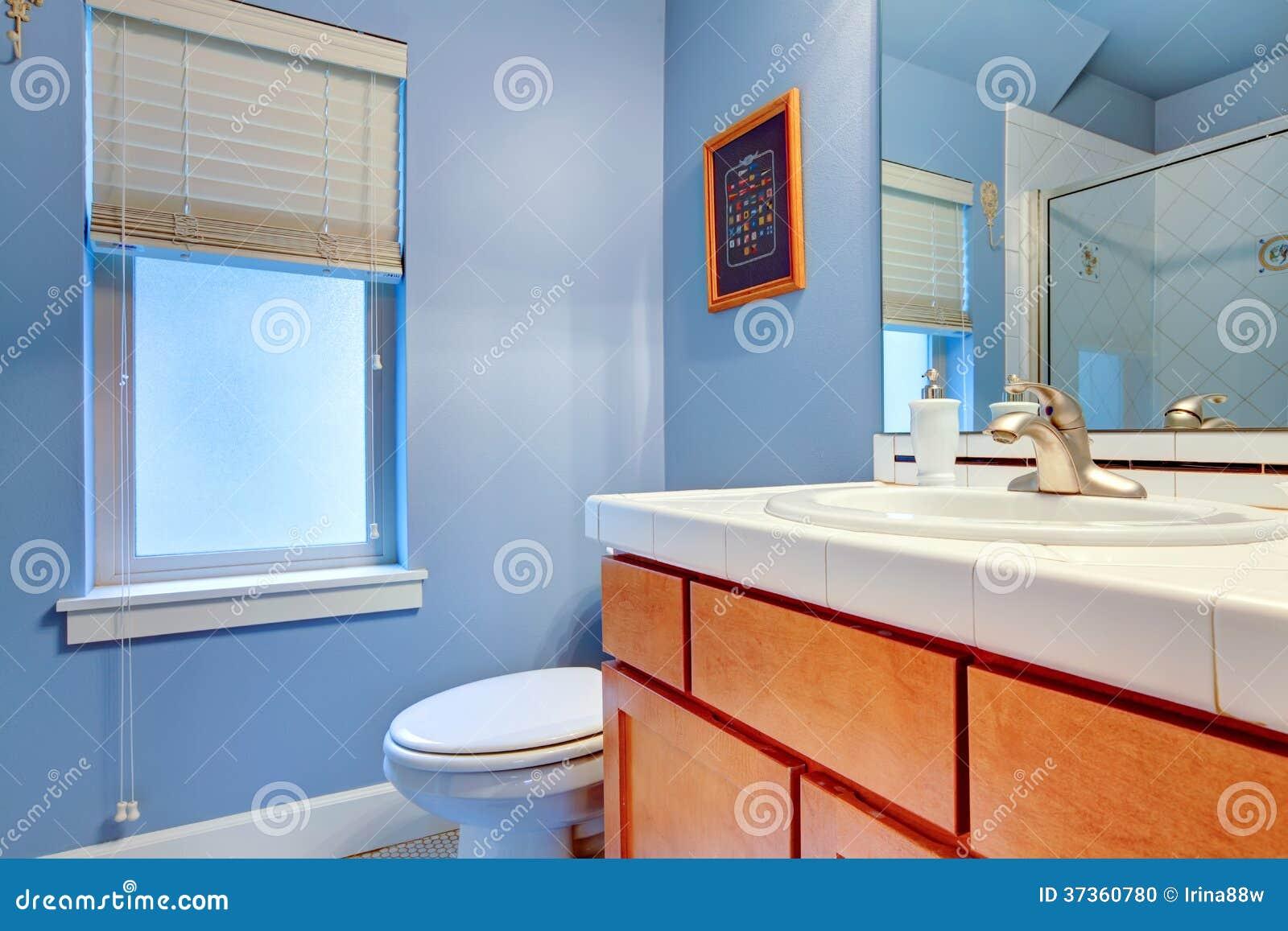 Luz banheiro azul com os armários e a janela de madeira marrons. #801E18 1300x957 Banheiro Com Luz Azul