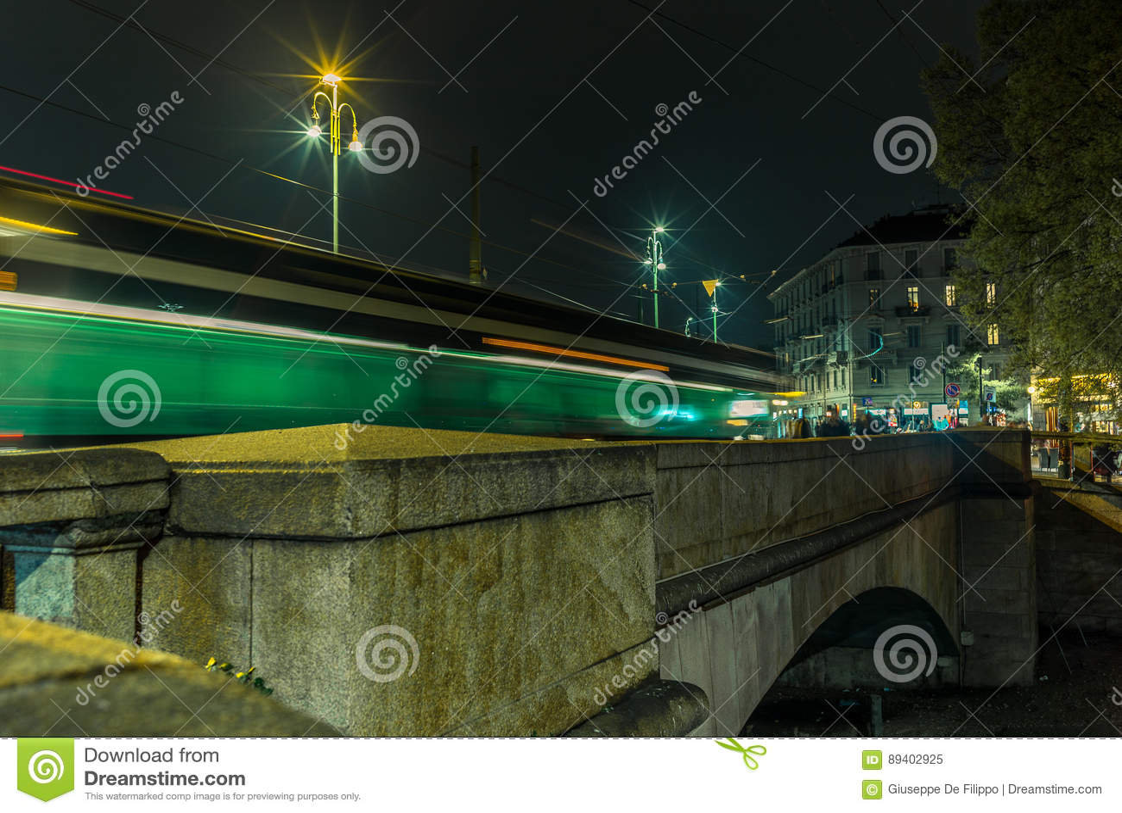 A luz arrasta na ponte no Naviglio grandioso - 4
