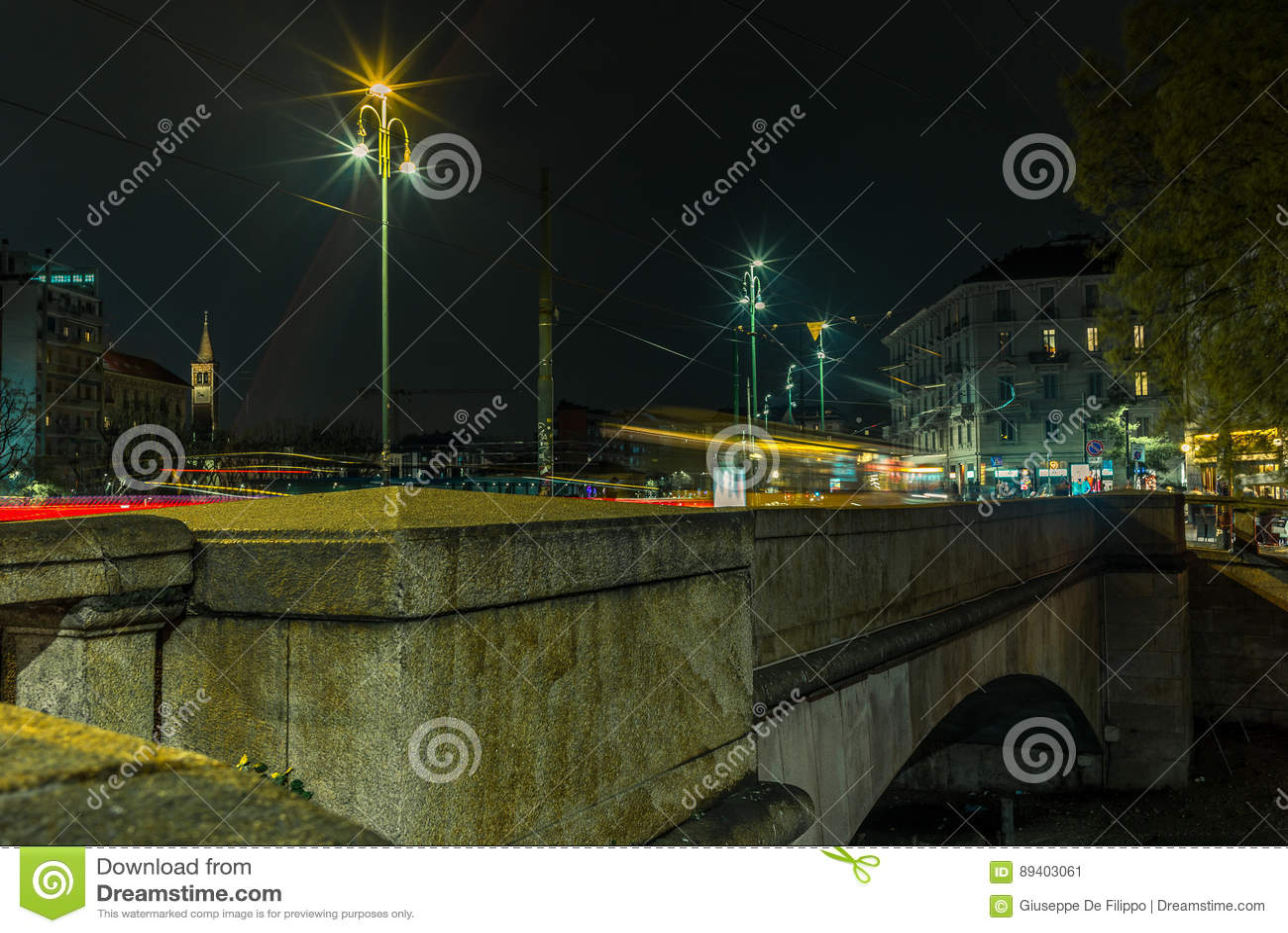 A luz arrasta na ponte no Naviglio grandioso - 1