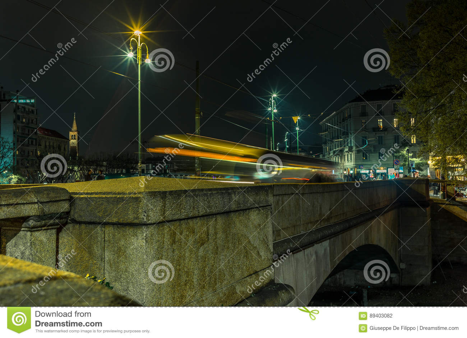 A luz arrasta na ponte no Naviglio grandioso - 3