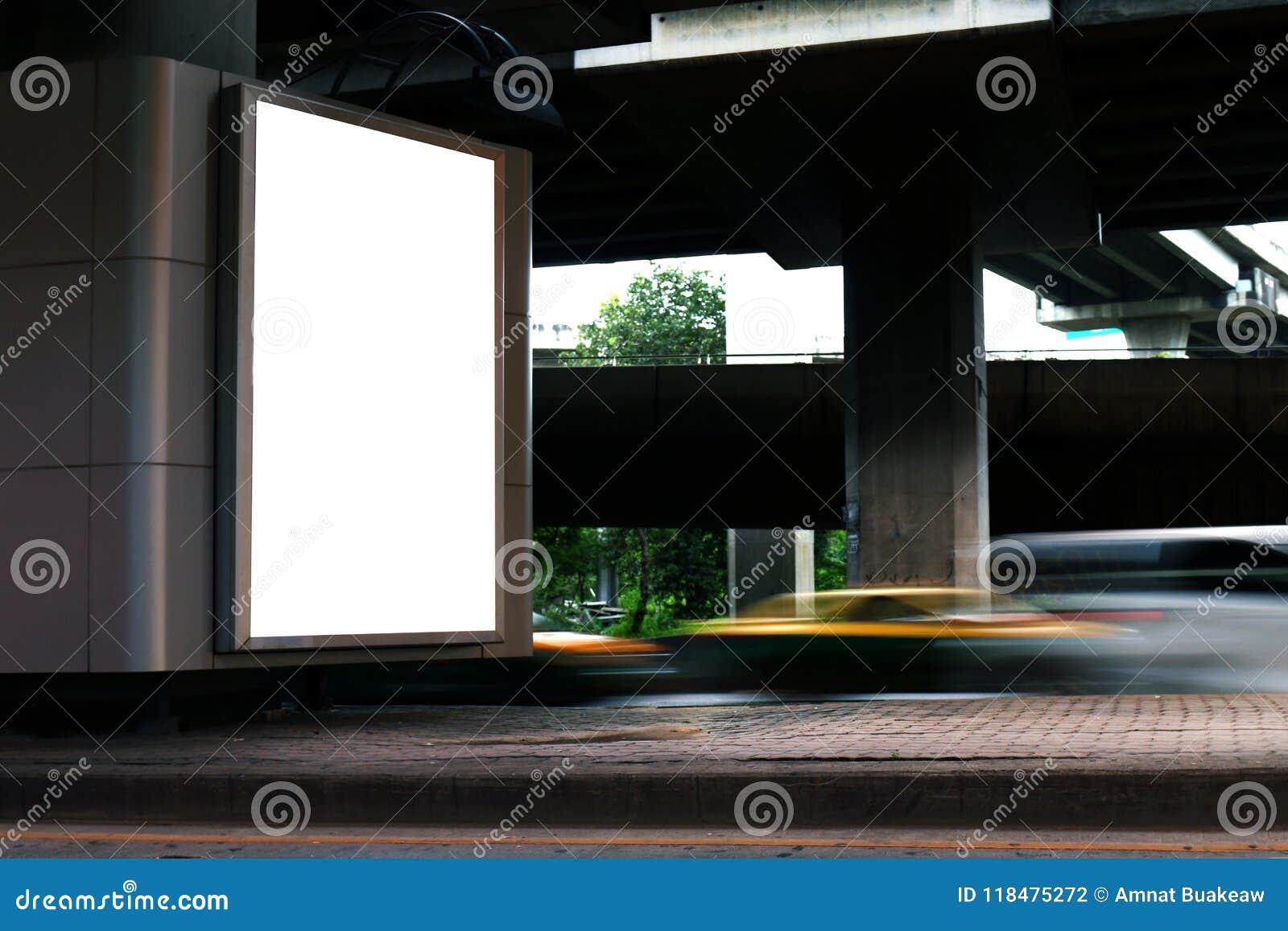 A luz branca de placa de caixa leve do quadro de avisos assina sob o painel da via expressa para a propaganda na estrada, sinal d