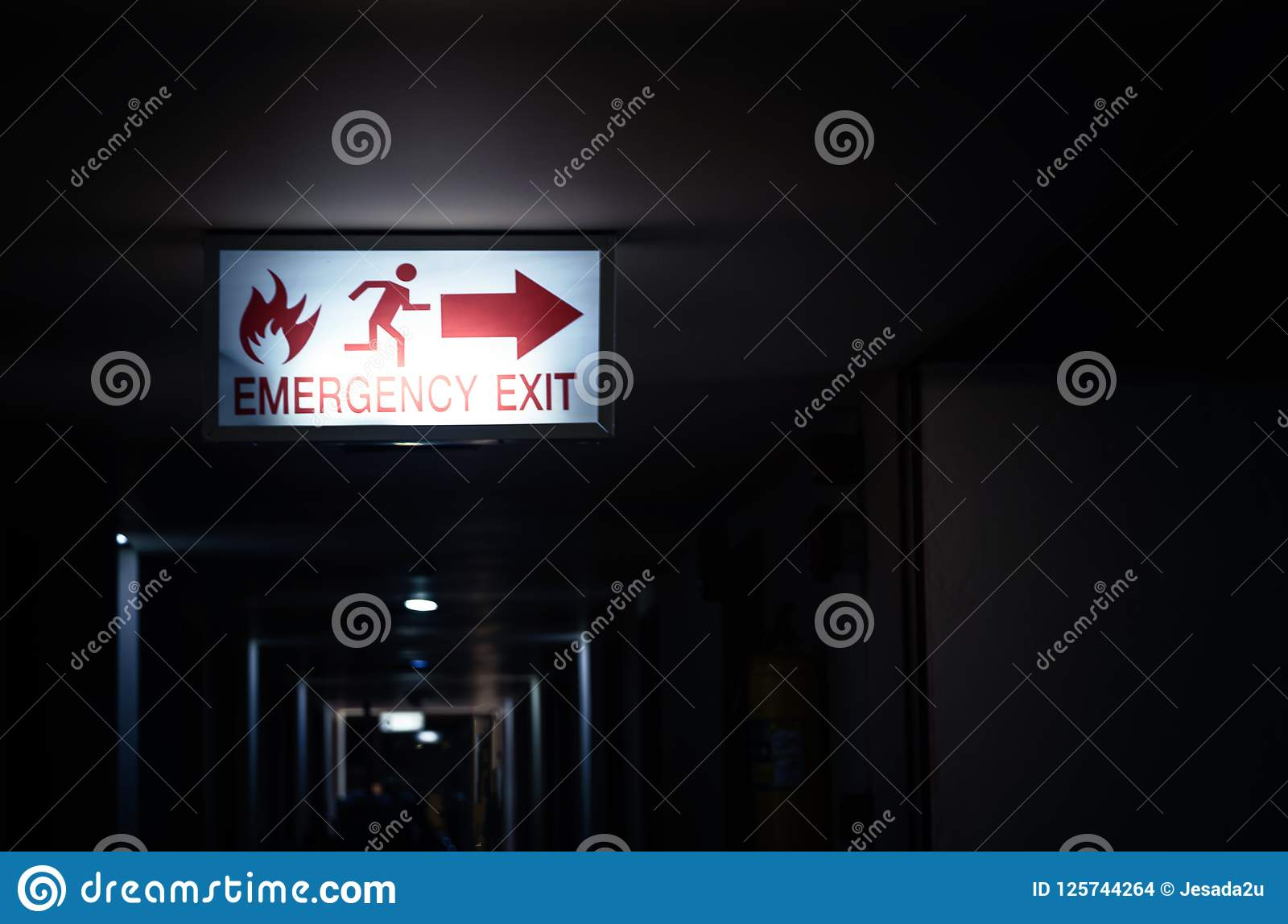 Luz da etiqueta do escape de fogo no hotel na noite