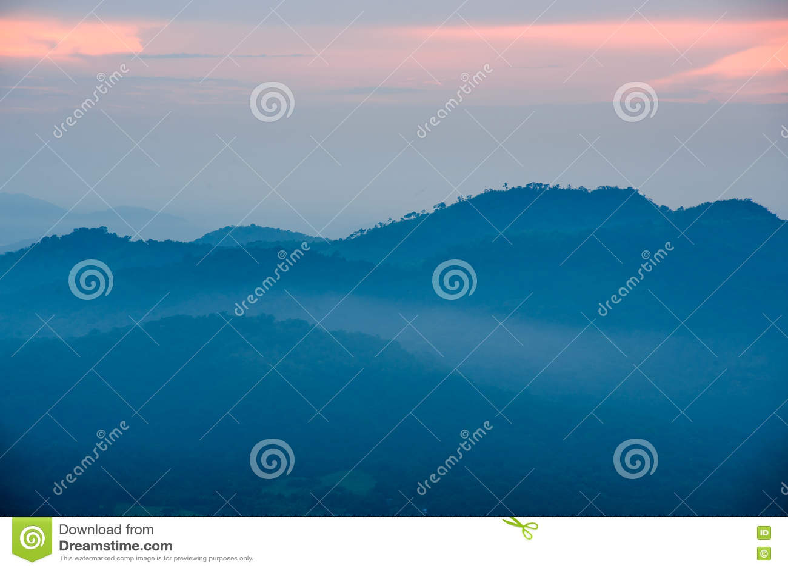 Luz de la puesta del sol con el fondo de las montañas
