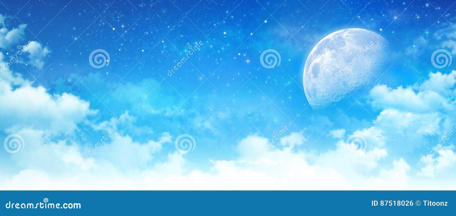 Luz de luna en un cielo azul nublado
