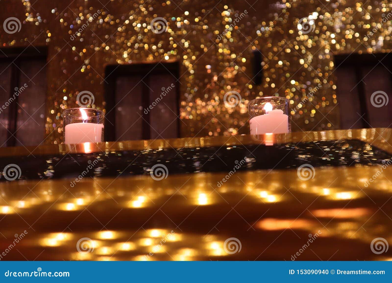 Luz de vela na sala dourada