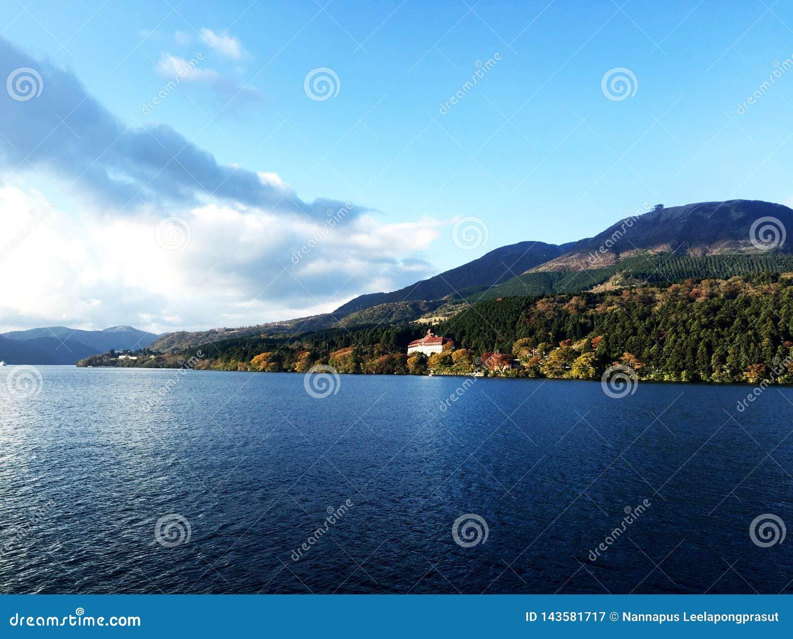 Luz del sol de la nube de la montaña del cielo del lago