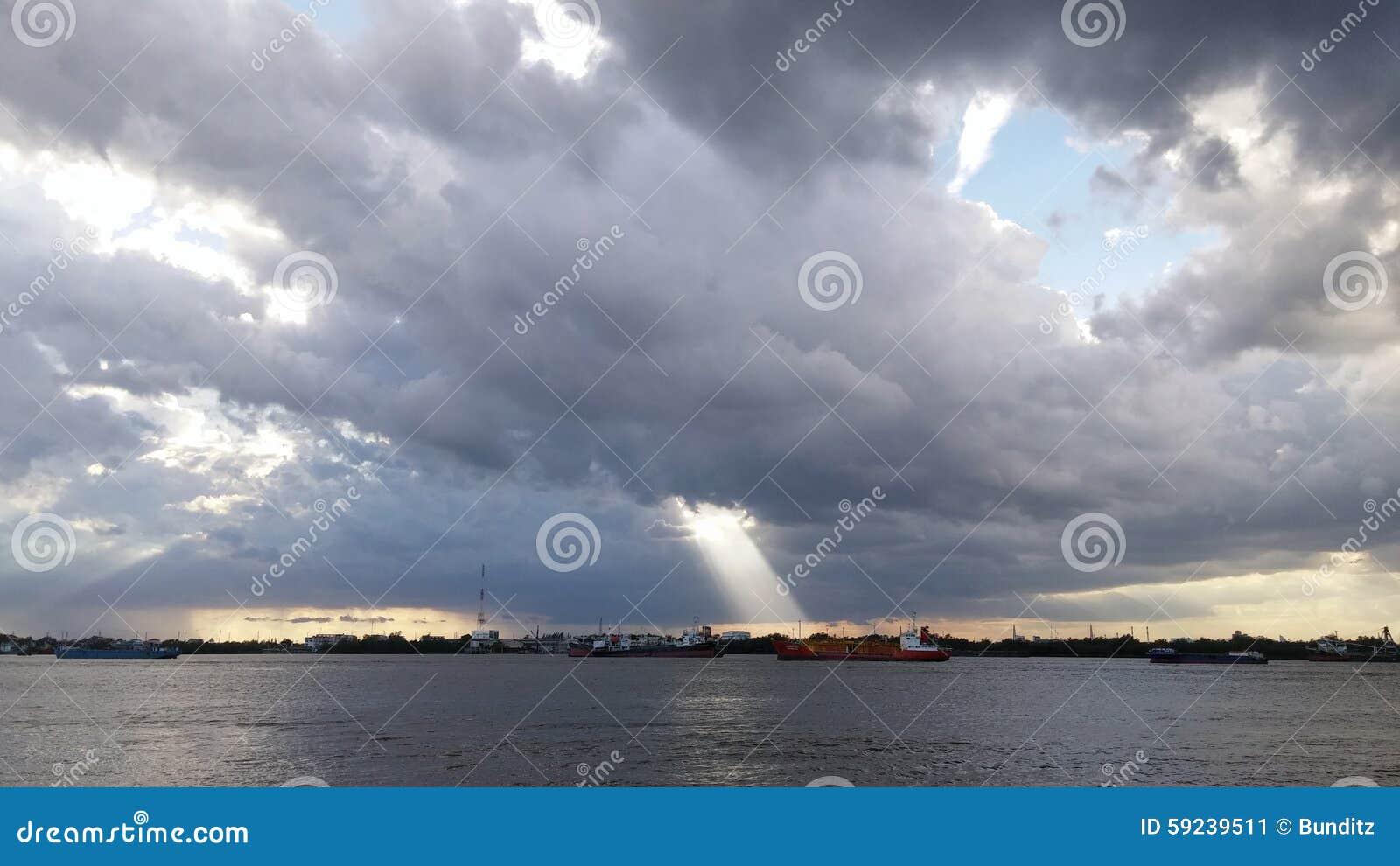 Luz del sol a través del túnel de la nube