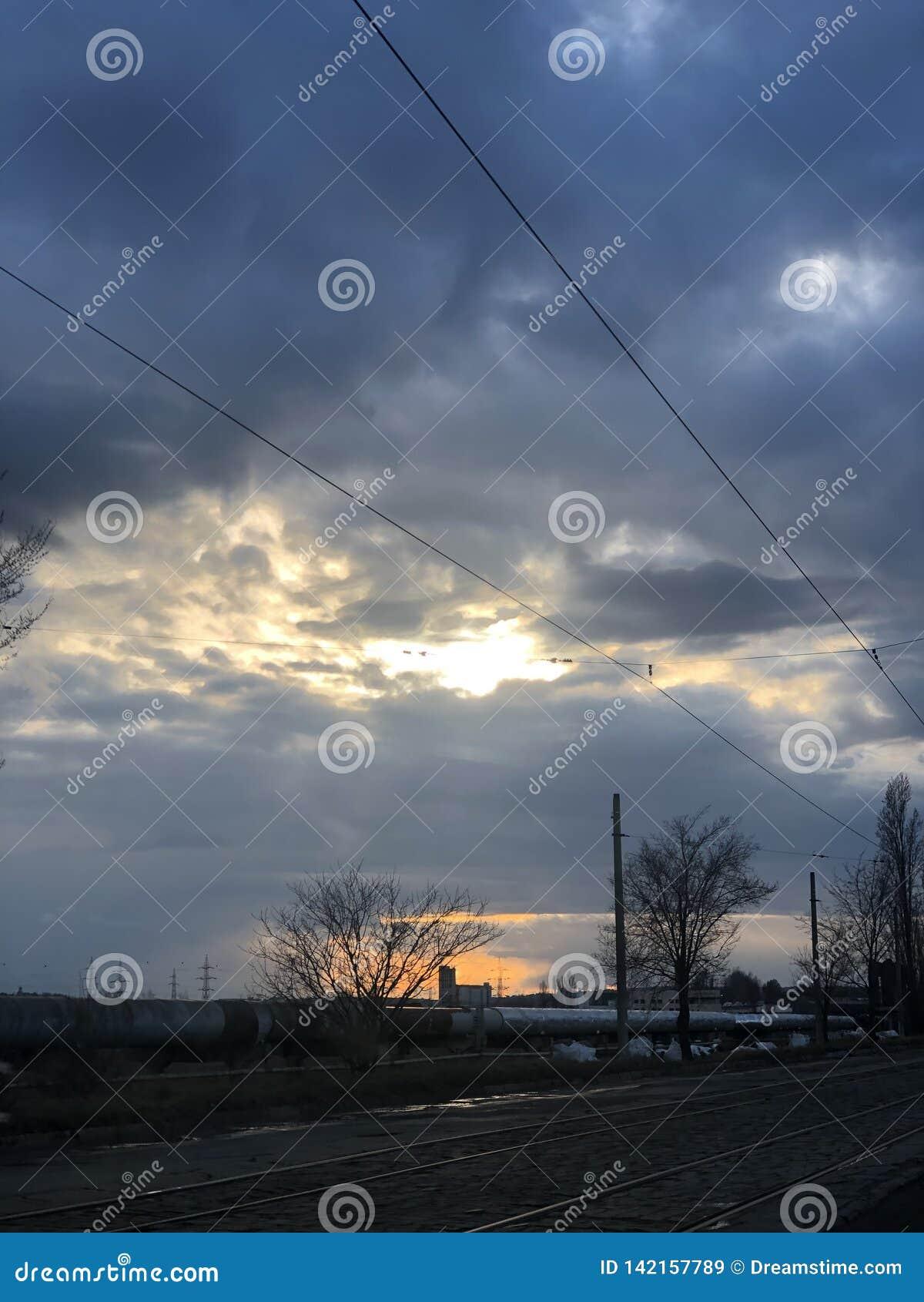 Luz do sol bonita após uma tempestade dura