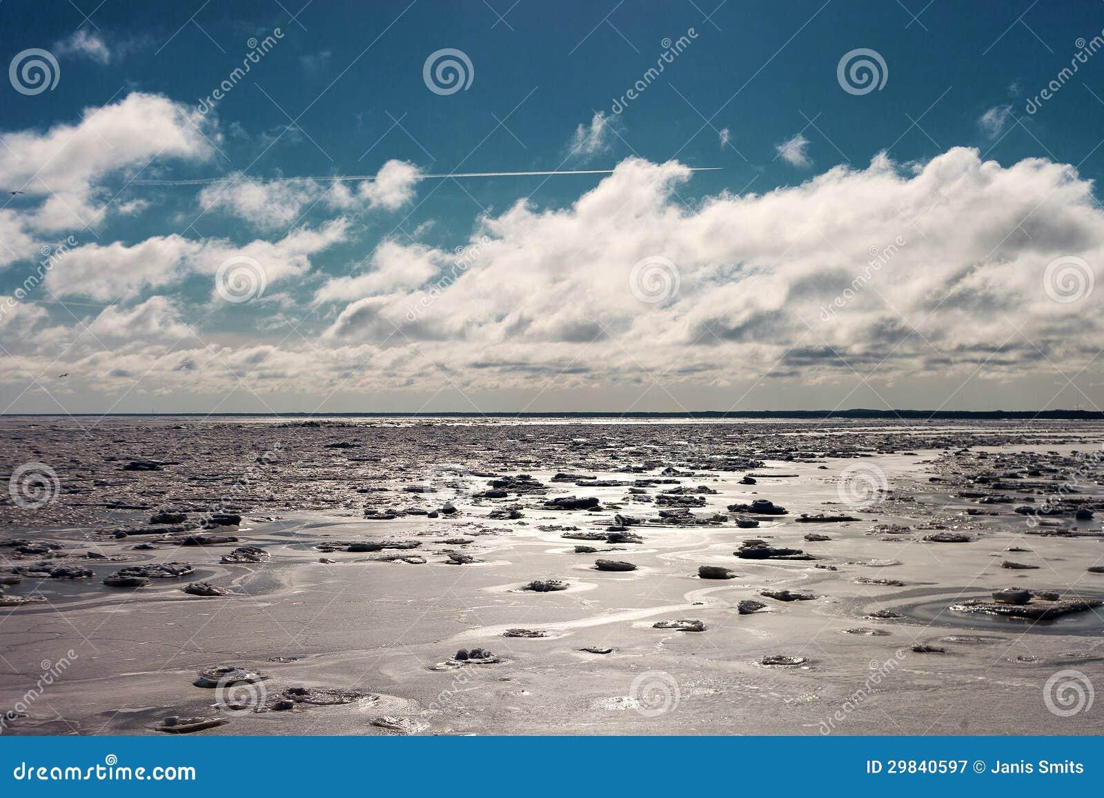 Mar Báltico gelado no inverno.