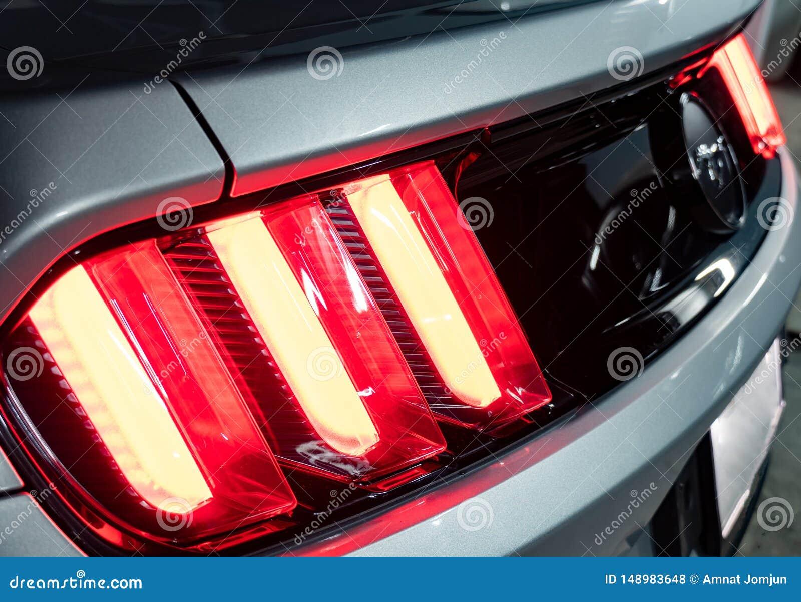 A luz Ford Mustang da cauda