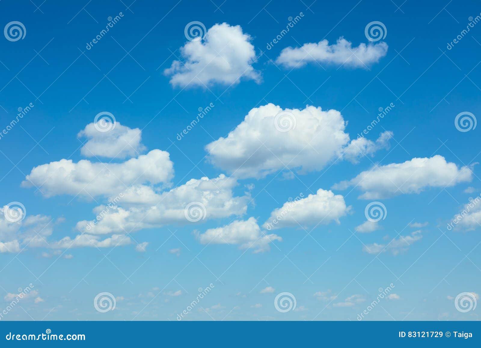 Luz - fundo das nuvens do céu azul e do branco