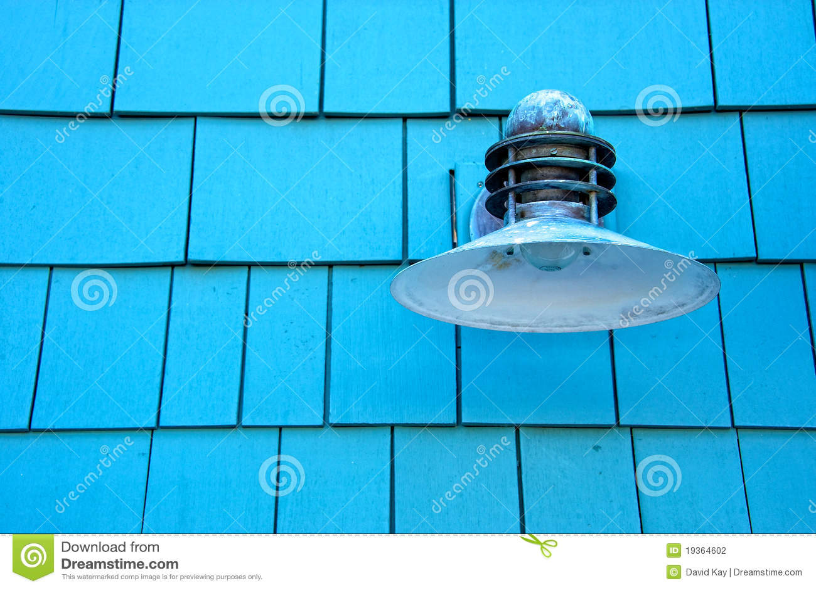 Luz na parede azul