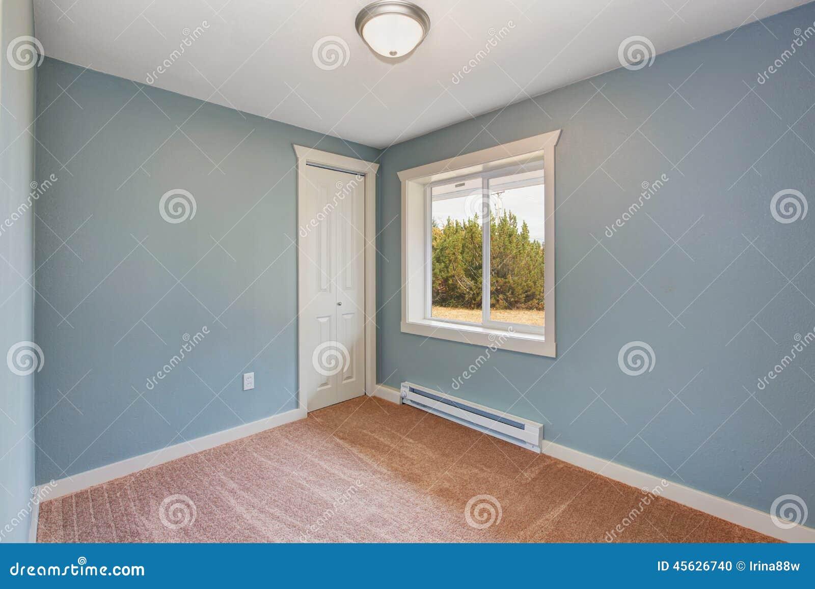 Esvazie a sala pequena com luz paredes azuis e assoalho de tapete  #82A328 1300x957 Banheiro Com Luz Azul