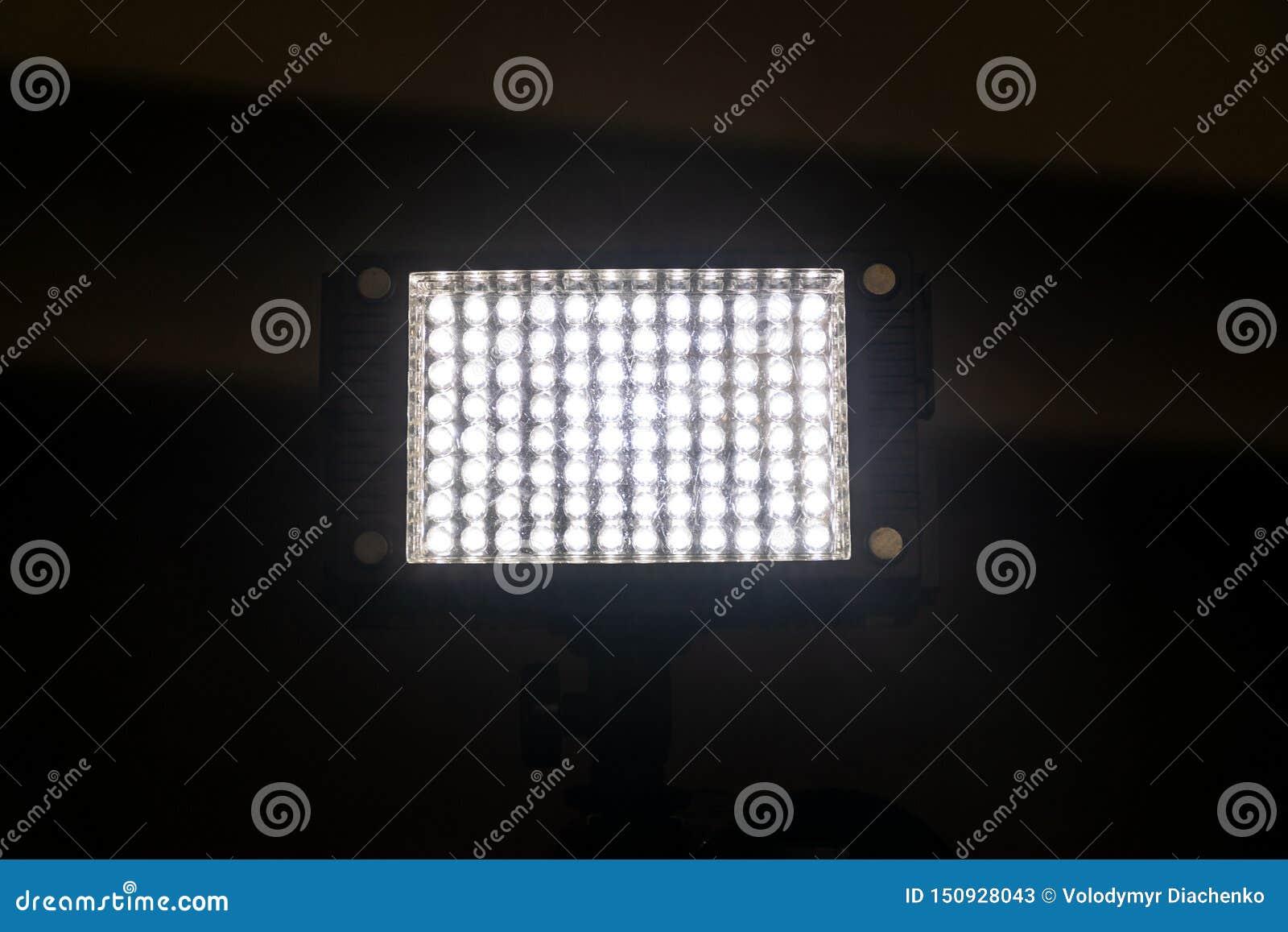 Luz poderosa brilhante de uma lanterna retangular com diodo emissor de luz