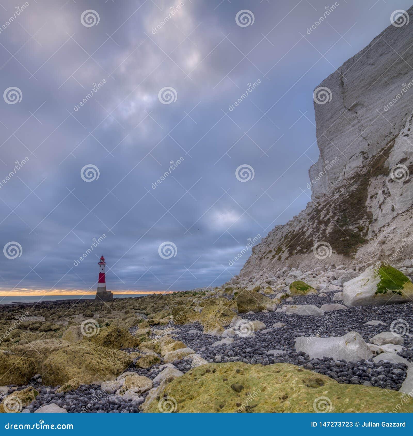 Luz principal con playas de una posici?n ventajosa baja - una imagen cosida del panorama con el proceso de HDR - East Sussex, Rei