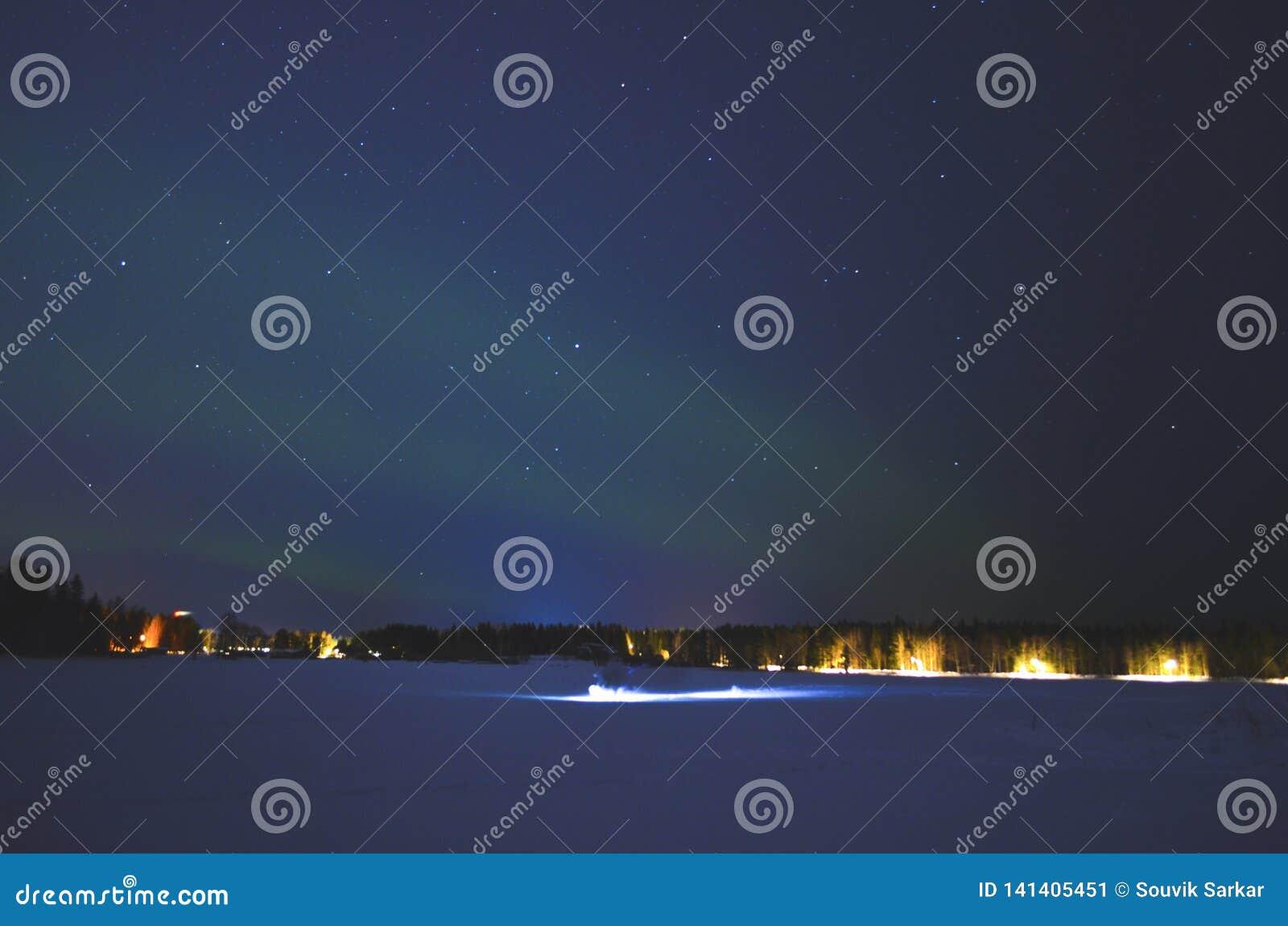 Luz septentrional estrellada cuando un movimiento de la persona con la luz de destello