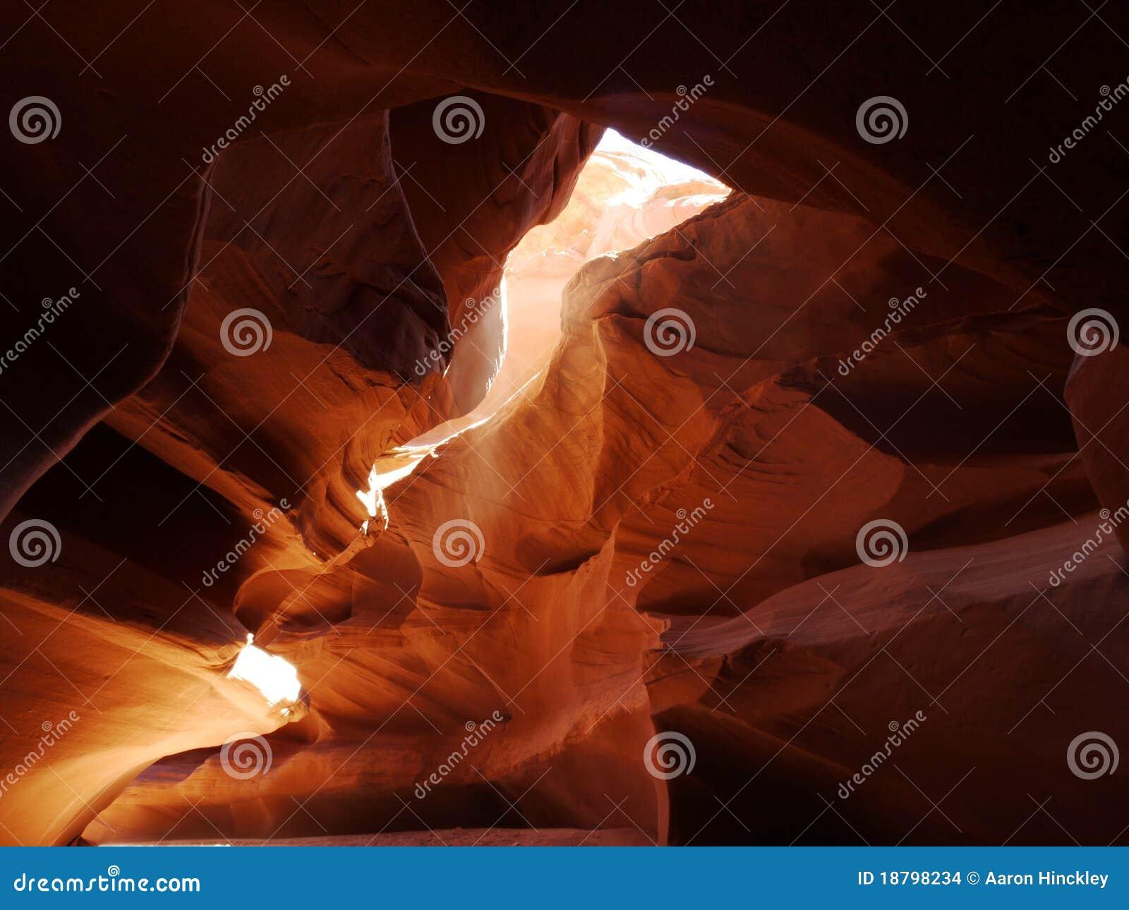 Luz solar da garganta que faz a poeira incandescer