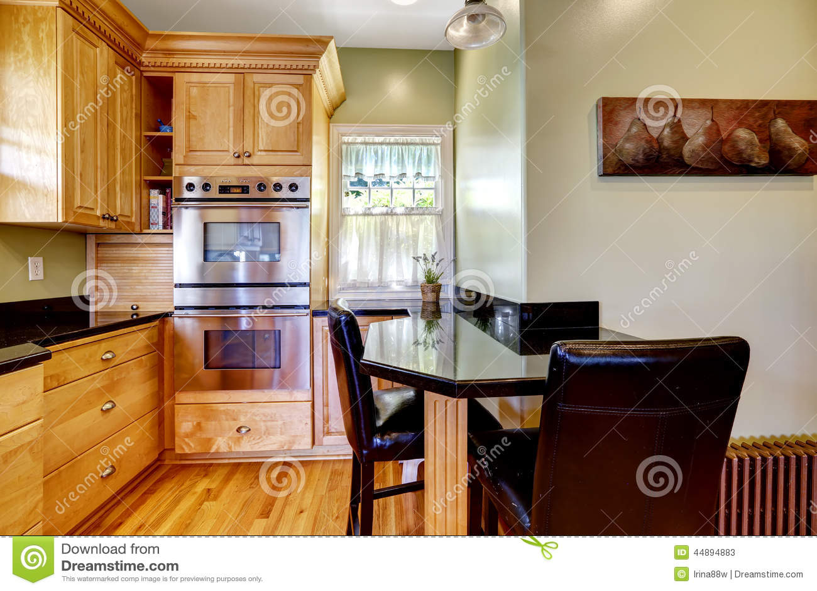 Sala Da Cozinha Com Mesa De Jantar E As Cadeiras Pequenas Foto de  #7C3A15 1300 957