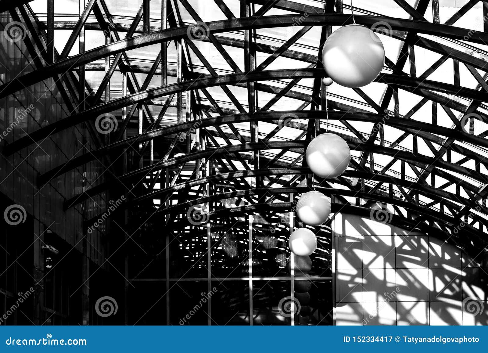 Luz y sombra debajo de la bóveda del tejado