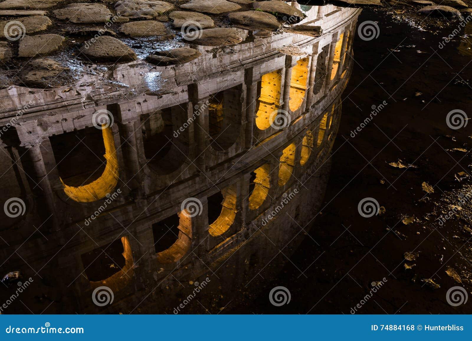 Luzes bonitas da noite da água da reflexão de Colosseum Roma Itália