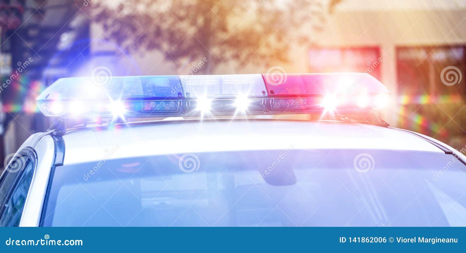 Luzes bonitas da sirene ativadas na atividade de monitoração do tráfego Carro de polícia real da patrulha com luzes da sirene na