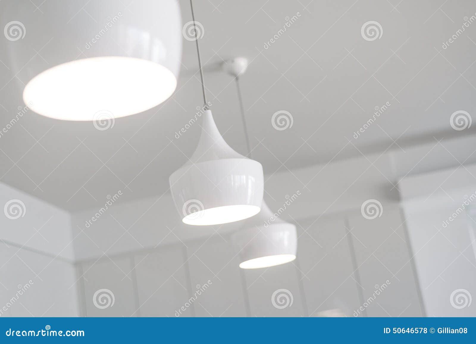 Luzes brancas em uma cozinha nova