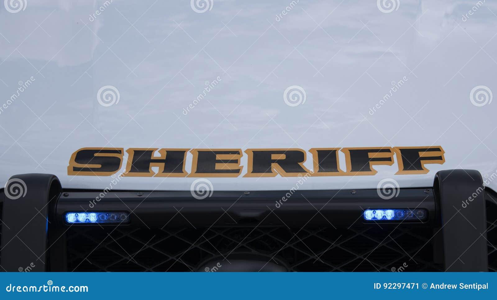 Luzes da grade em um veículo marcado do xerife
