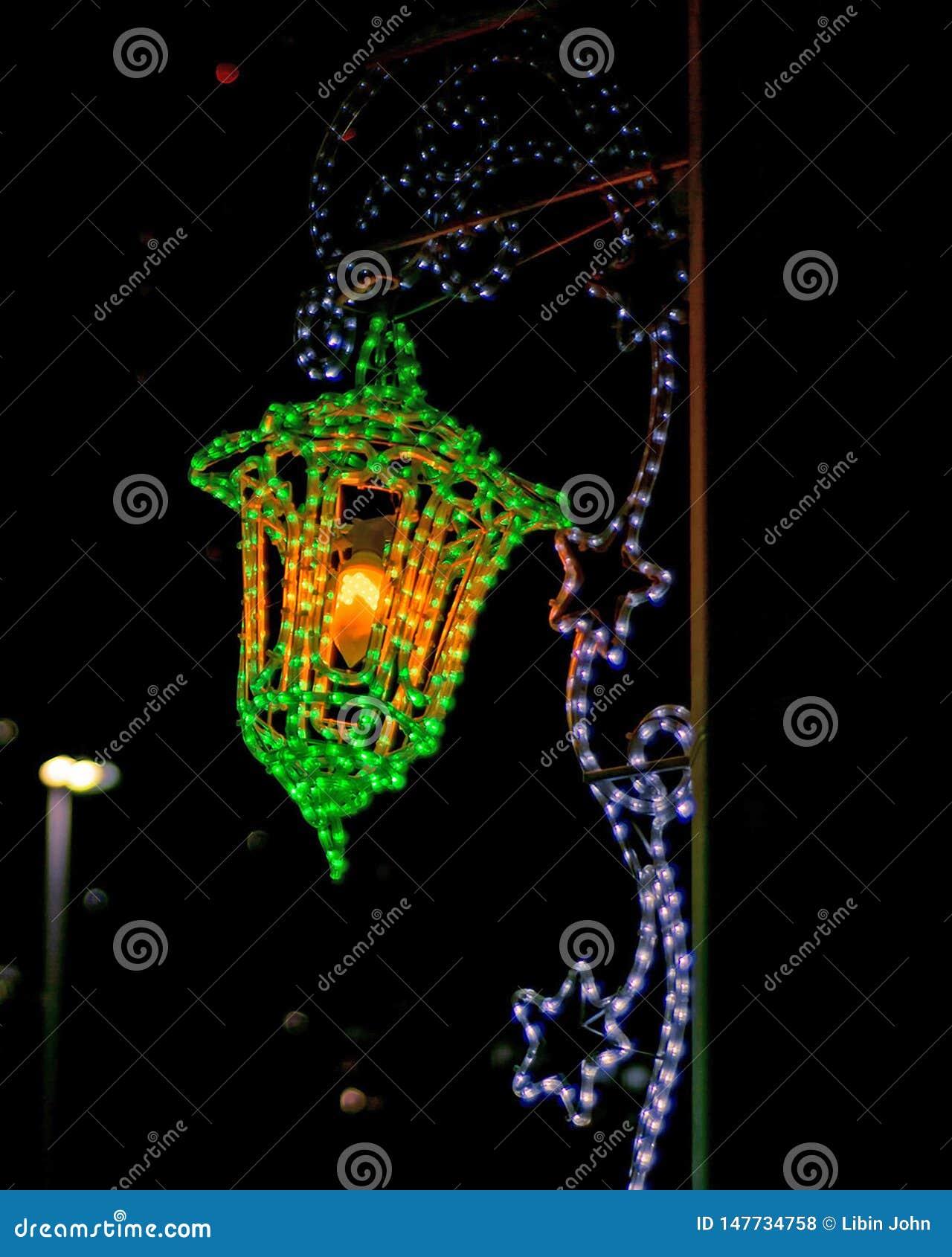 Luzes da iluminação na rua durante o mês santamente da ramadã