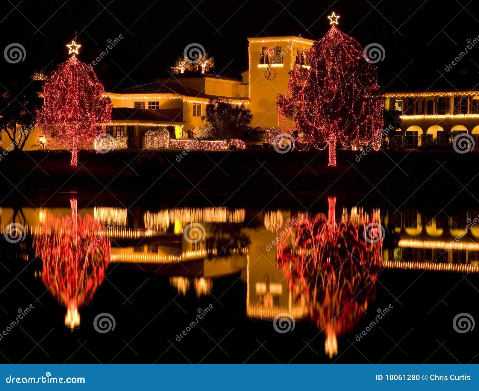 Luzes de Natal refletidas no lago