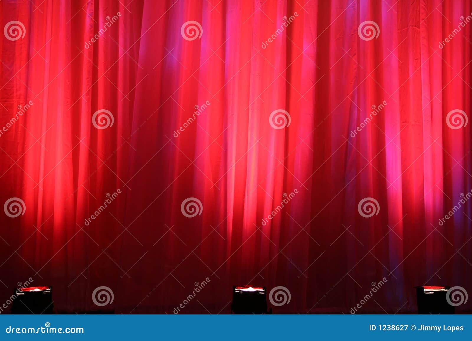 Luzes do ponto na cortina vermelha