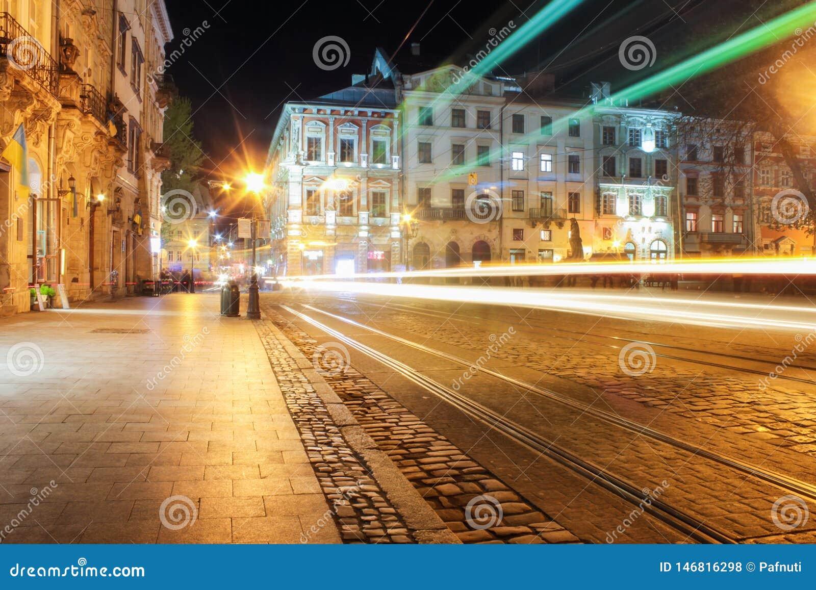 Lviv panorama przy noc? Widok nocy ulica Europejski ?redniowieczny miasto