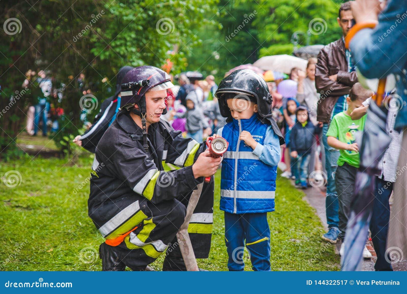 LVIV, UCRÂNIA - julho 17,2018: famílias com as crianças que andam pelo parque dia profissional das crianças